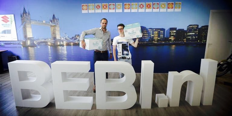 Dirk Jan Pheifer (links) samen met stagiair Ruben van Hofwegen bij het logo van BEBI.nl. Met de webshop hoopt hij een grote speler te worden op het gebied van baby-artikelen. FOTO CATRINUS VAN DER VEEN